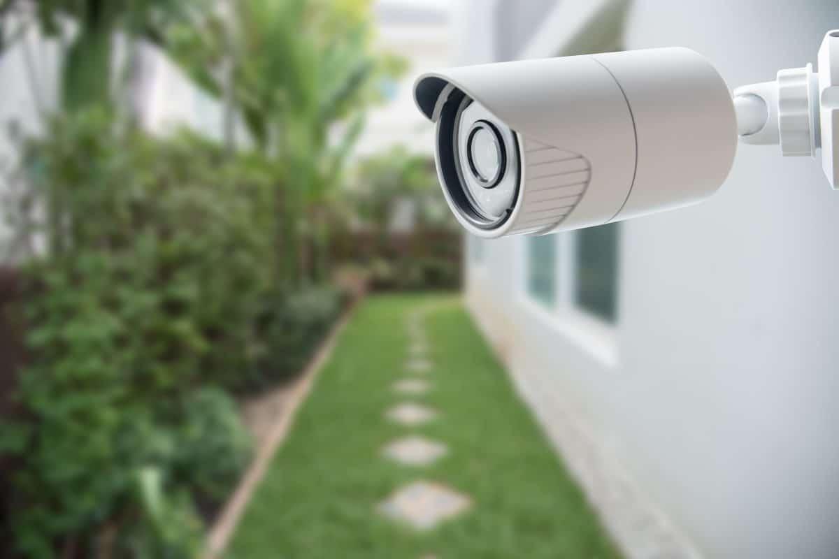 A hátsó kert védelme kültéri kamerával